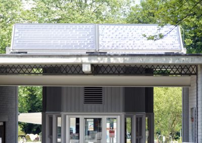4 Flachkollektoren à 2.3 m2 Absorberfläche auf Flachdach aufgestellt