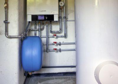 Kondensierendes Gaswandgerät Vitodens 200W mit nebengestelltem Speicherwassererwärmer 300l